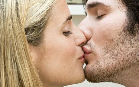 How to kiss a guy on the first date
